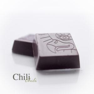 De combinatie van een mooie pure chocolade met een ligt pittige chili peper.