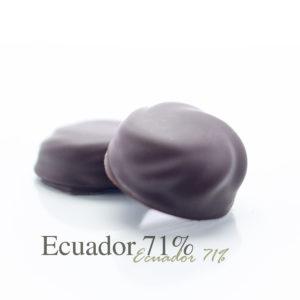 Een vulling van Ecuador71 chocolade, wat een stevige maar fruitige chocolade soort is, met een dun laagje marsepein.