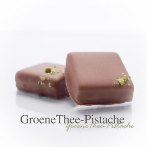 Een dun laagje pistache marsepein met daarboven een sterk gezette groene thee ganache.