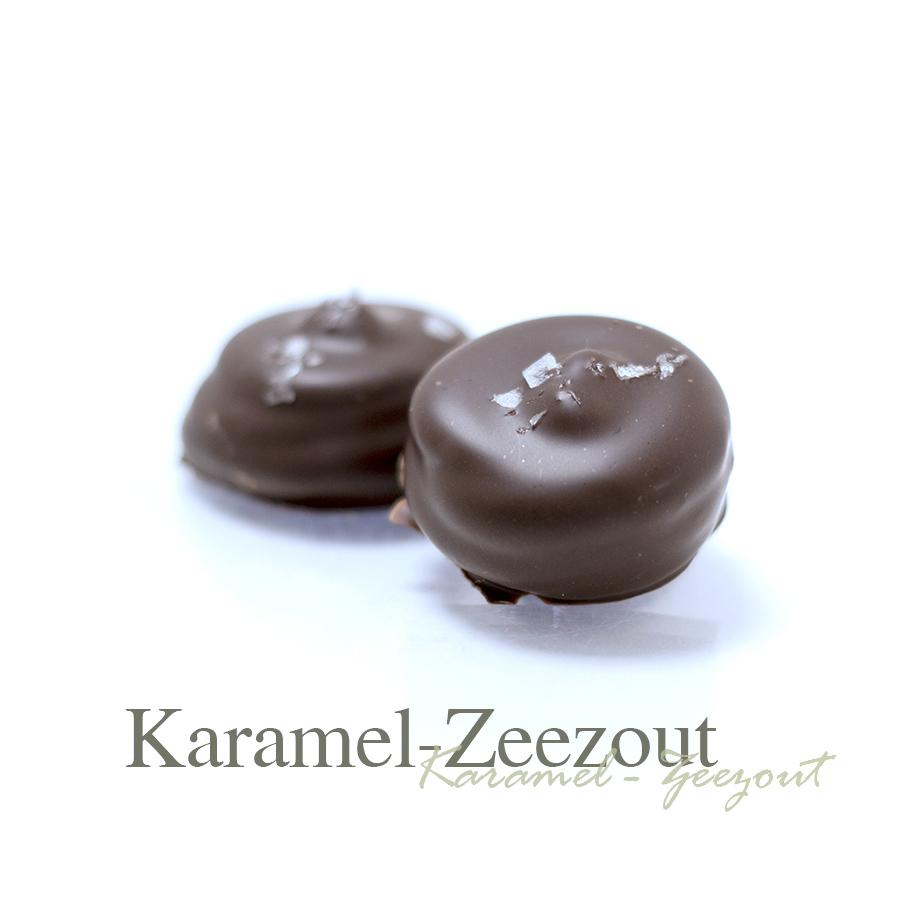 Het zout in de afwerking zorgt voor een mooie tegenhanger bij de karamel en geeft een smaak explosie. De hazelnoot in het midden maakt het af.
