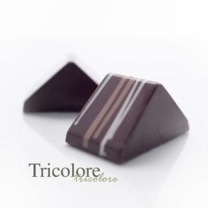 Heeft zijn naam te danken aan de drie lagen vulling: karamel, vanille room en een hazelnoot crispy.